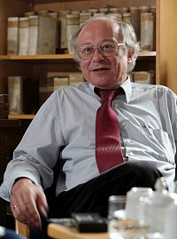 Image of the author taken from http://www.rektor.uni-halle.de/im/1283245731_133_00_200.jpg
